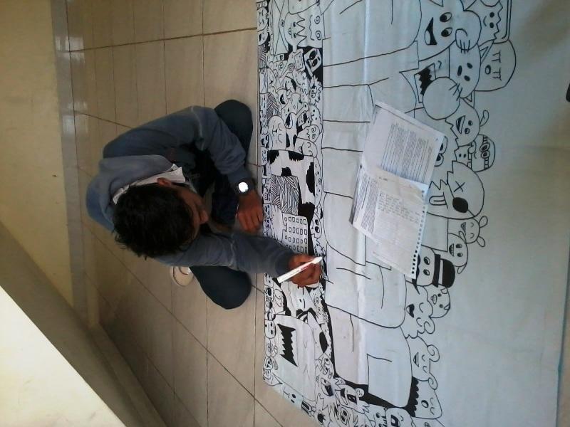 Salah satu Karinkers tampak asik membuat doodle art yang akan disajikan dalam Mading UKM Karintas. Foto : UKM Karintas.