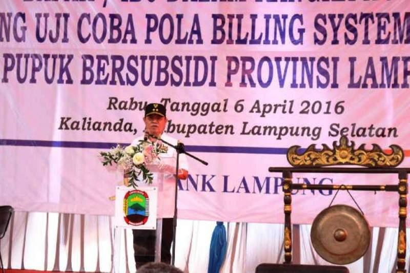 Wakil Gubernur Bachtiar Basri pada peluncuran uji coba pola billing system penebusan pupuk bersubsidi di kantor Bank Lampung Cabang Kalianda, Lampung Selatan, Rabu 6 April 2016.