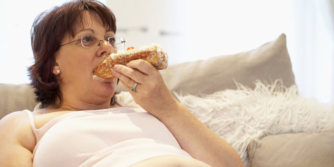 7-kebiasaan-buruk-setelah-makan-ini-bisa-bikin-badan-semakin-gendut