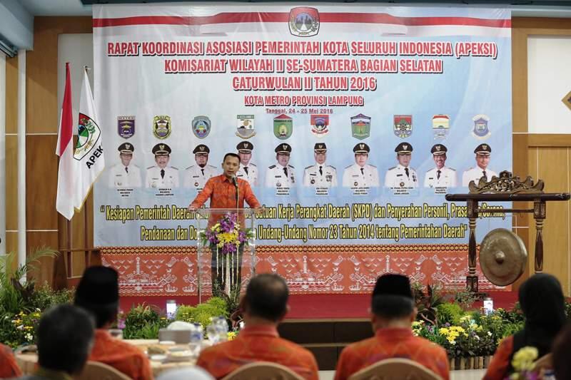 Gubernur Lampung M Ridho Ficardo saat memberi arahan pada Rapat Koordinasi Asosiasi Pemerintah Kota Seluruh Indonesia (APEKSI) wilayah II Sumatera Bagian Selatan di Ballroom Hotel Skuntum, Kota Metro, Selasa malam 24 Mei 2016.