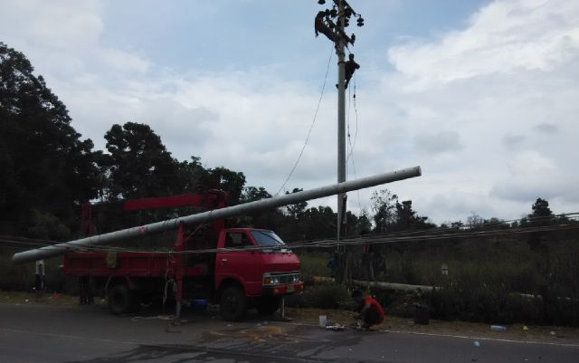 37 petugas pln langsung dirikan tiang listrik baru radio suara wajar 96 8 fm 37 petugas pln langsung dirikan tiang