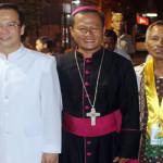 Mgr Yohanes Harun Yuwono, Uskup Keuskupan Tanjungkarang bagikan takjil pada peserta Lampung Mengaji 99
