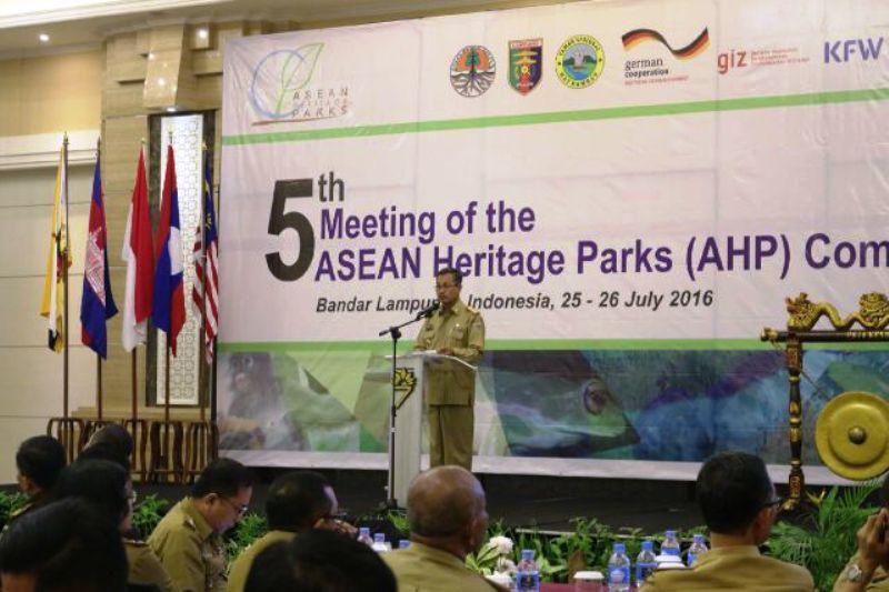 Penjabat Sekretaris Daerah Provinsi Lampung Sutono pagi tadi, Senin 25 Juli 2016 membuka pertemuan ASEAN Heritage Park ke-5 di Ballroom Hotel The 7 Bandar Lampung.