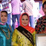 Aprilani Yustin Ficardo Terima Penghargaan dari Kemendikbud