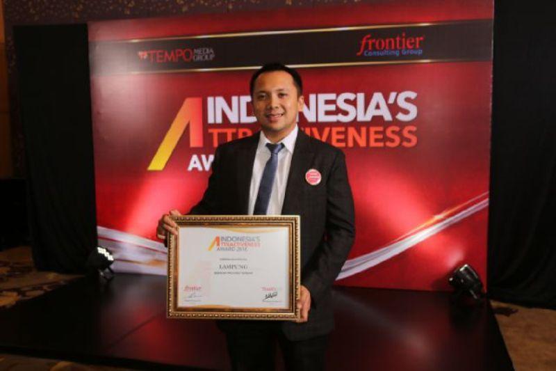 Gubernur Lampung M Ridho Ficardo saat menerima penghargaan Indonesia's Attractiveness Award di Ballroom 2 Hotel Mulia Senayan Jalan Asia Afrika Jakarta Pusat, Kamis 22 September 2016.