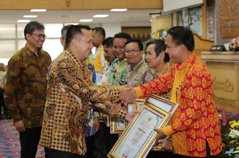 Gubernur Lampung M Ridho Ficardo saat penyerahan bantuan keuangan kepada desa/kelurahan se- Provinsi Lampung di Balai Keratun, Kantor Gubernur, Jumat 16 Desember 2016.