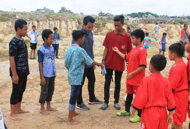 OMK Unit Pastoral Bakauheni saat mengatur salah satu perlomban berupa futsal yang diikuti anak-anak di area halaman setempat, Minggu 23 April 2017.