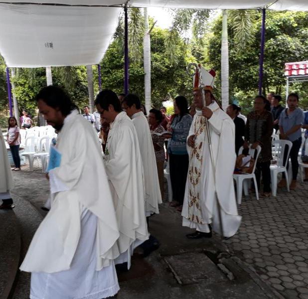 Uskup Keuskupan Tanjungkarang Mgr. Yohanes Harun Yuwono saat perarakan Misa Krisma di Gereja Paroki Santo Yosef Pringsewu, Rabu 11 April 2017 dari pukul 17.00 Wib sampai 19.00 Wib.