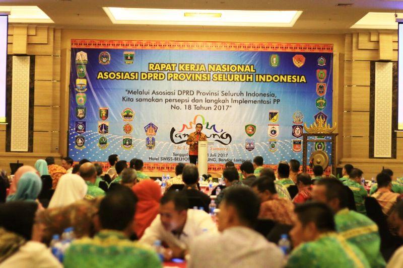 Asisten Bidang Ekonomi dan Pembangunan Adeham saat membuka acara rapat kerja nasional Asosiasi DPRD Provinsi Seluruh Indonesia (ADPSI) di Swiss-Bell Hotel Bandar Lampung, Rabu 26 Juli 2017.