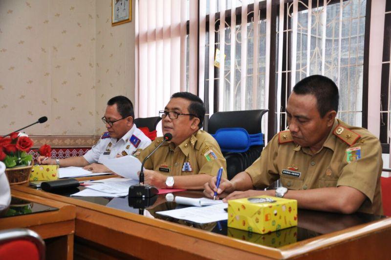 Asisten Bidang Ekbang Setda Provinsi Lampung Adeham saat memimpin Rapat Koordinasi Pengembangan Perkeretapian di Provinsi Lampung, Selasa 1 Agustus 2017 di Ruang Rapat Dinas Perhubungan