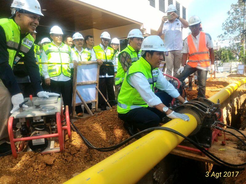 Direktur Perencanaan dan Pembangunan Infrastruktur Migas, Kementerian ESDM, Alimuddin Baso (depan) di acara Groundbreaking Pembangunan Jargas Rumah Tangga dan Penyerahan Konverter Kit di Bandar Lampung, Kamis 3 Agustus 2017
