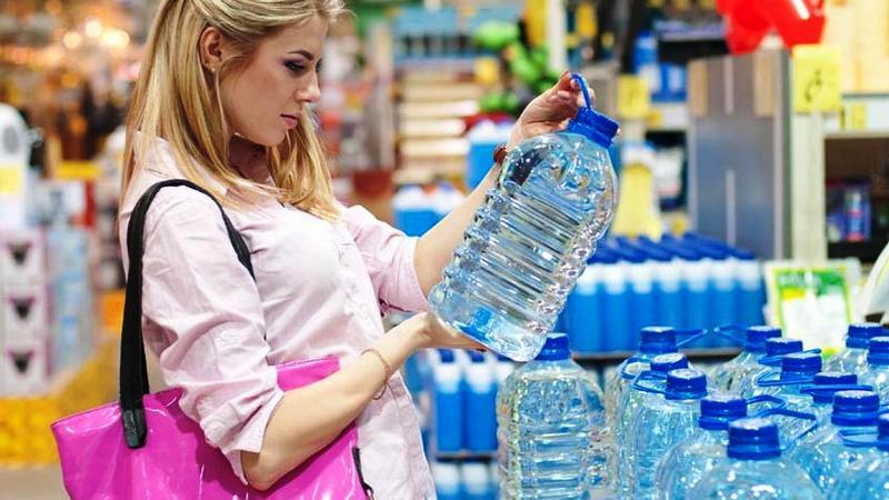 Memilih air minum kemasan. Foto : google.
