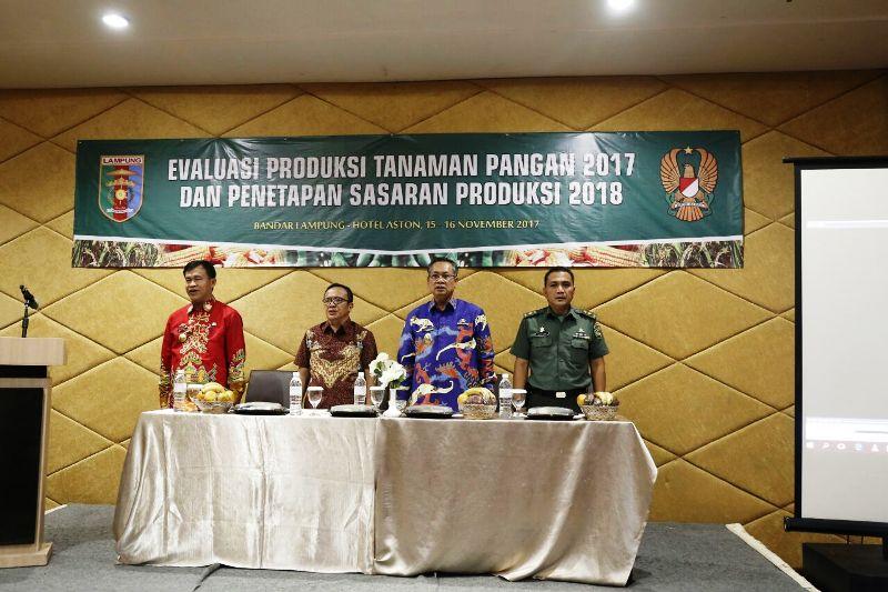 Penandatanganan pakta integritas penetapan sasaran produksi tanaman pangan 2018 di Ruang Tabgha, Hotel Aston, Bandar Lampung, Kamis 16 November 2017.