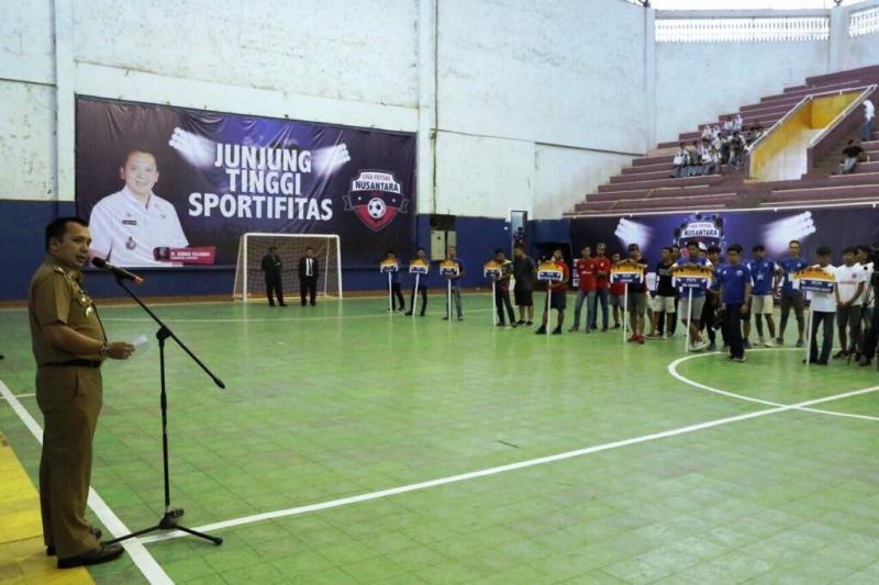 Gubernur Lampung Muhammad Ridho Ficardo menandai pembukaan Liga Futsal Nusantara 2017, di GOR Saburai, Enggal, Bandar Lampung, Selasa 14 November 2017.