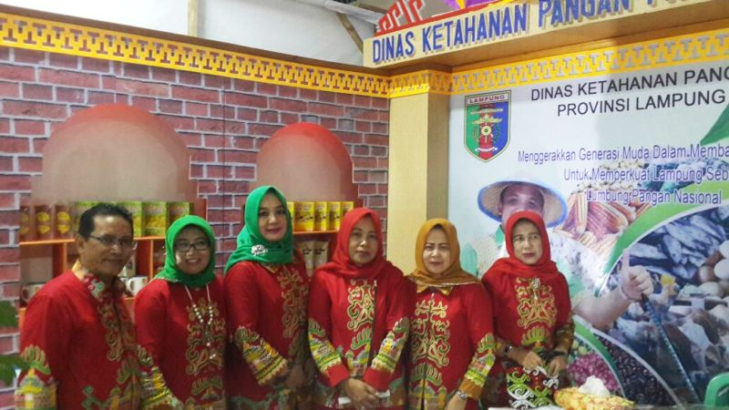 Jajaran Dinas Ketahanan Pangan Provinsi Lampung di Stand DKP Provini Lampung.