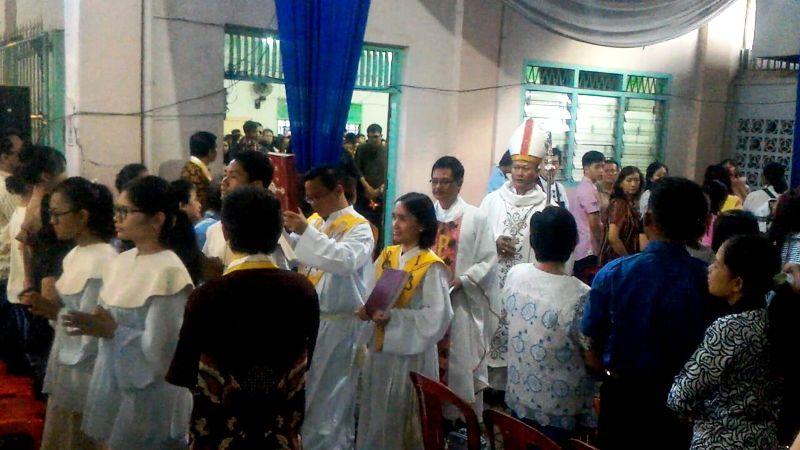 Uskup Kesukupan Tanjungkarang Mgr. Yohanes Harun Yuwono saat arak-arakan Misa Malam Natal di Gereja Katedral Kristus Raja, Bandar Lampung, Sabtu 25 Desember 2017.