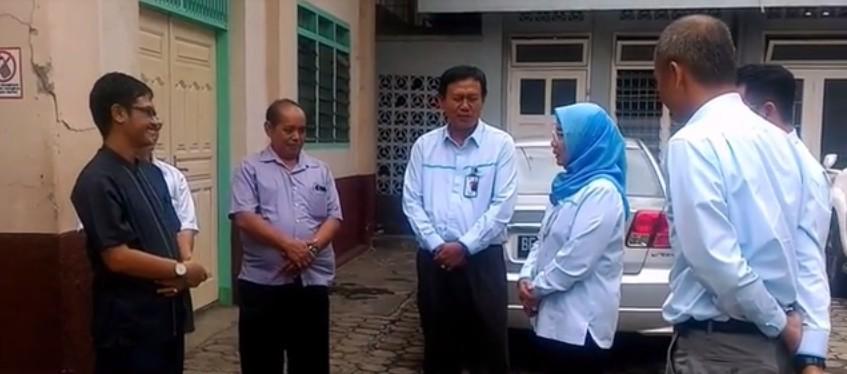 Romo Kepala Paroki Katedral Kristus Raja RD Yohanes Baptista Sujanto (kiri) saat menyambut rombongan PLN yang dipimpin Julita Indah selaku General Manager (GM) PT PLN Distribusi Lampung, Senin 18 Desember 2017.