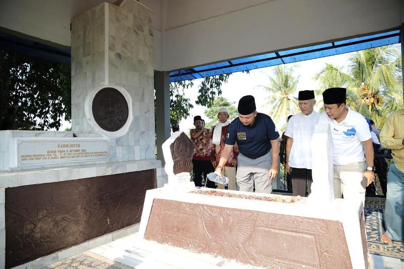 Calon Gubernur Lampung Muhammad Ridho Ficardo saat ziarah ke makam Pahlawan Lampung Radin Inten II, di Desa Kuripan, Kecamatan Panengahan, Lampung Selatan , Rabu 9 Mei 2018.