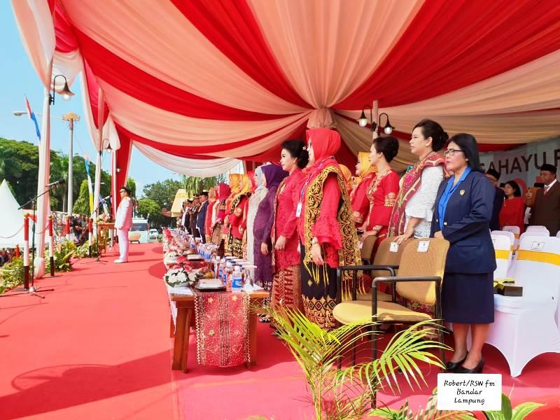 Ketua Presidium WKRI DPD Lampung Ellysabet Sri Puryani saat mengikuti upacara peringatan detik-detik proklamasi kemerdekaan dan pengibaran Bendera Merah Putih dalam rangka peringantan HUT Proklamasi ke-73, di Lapangan Korpri, kompleks perkantoran Gubernur Lampung, Jumat 17 Agustus 2018.