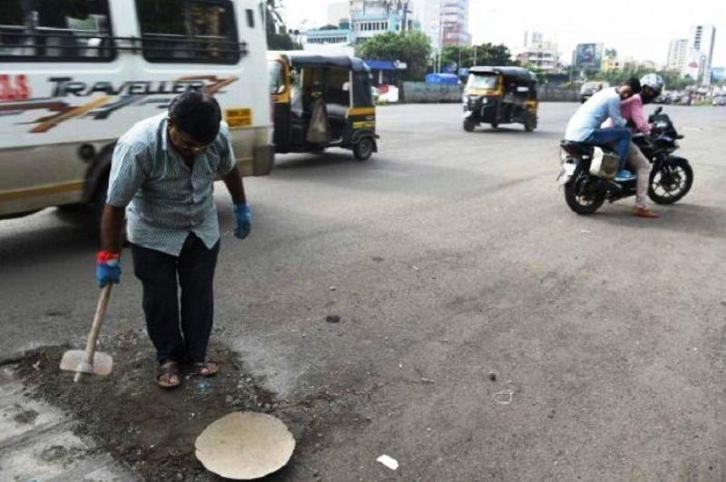 Dadaro Bilhore menutup 600 lubang di jalan selama 3 tahun terakhir untu mengenang anaknya. Foto : samaa TV