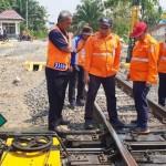 Suryawan Jalan Kaki Cek Jalur KA Lintas Haji Pemanggilan-Sulusuban