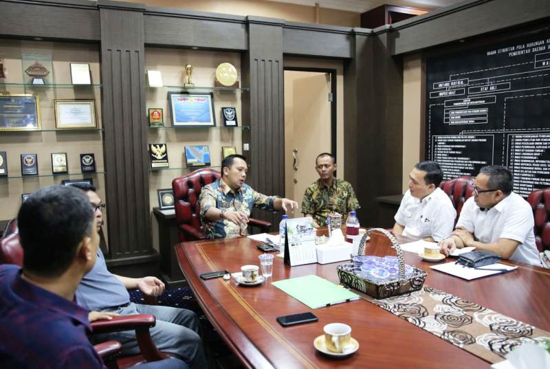 Gubernur Lampung M. Ridho Ficardo saat menerima audiensi LPCI, di Ruang Kerja Gubernur Lampung, Kamis (11/10/2018) malam.