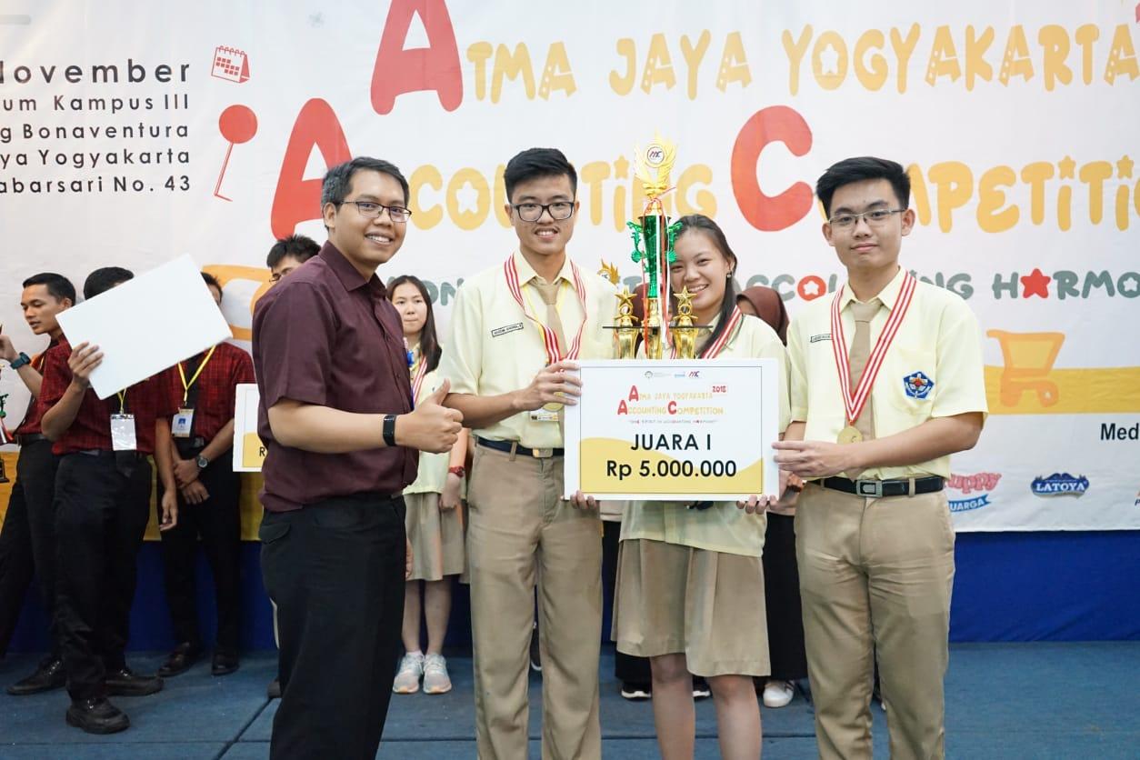 Austin Andika Tanujaya, Michelle Vanessa Thang dan Hieronimus Jevon Valerian (Tim B Xaverius Accounting Crew (XAC) SMA Xaverius Bandar Lampung).