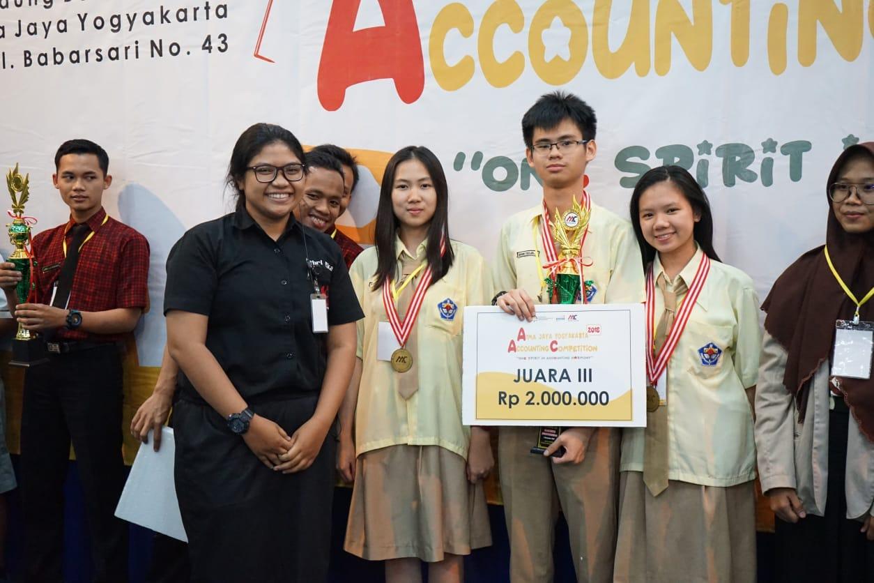 Vanessa Lim, Brian Tedja Kesuma dan Yoanda Stepfani Biantoro (Tim A Xaverius Accounting Crew (XAC) SMA Xaverius Bandar Lampung)
