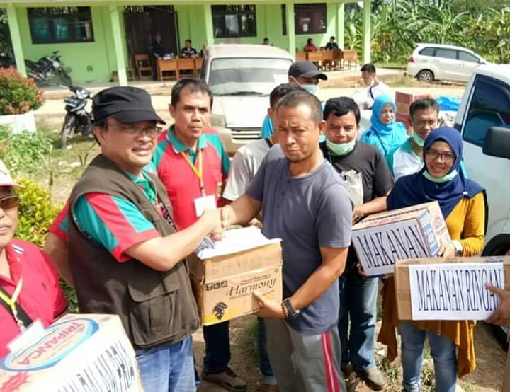 Diskop dan UMKM Provinsi Lampung Salurkan Bantuan Korban Tsunami ke Lamsel.