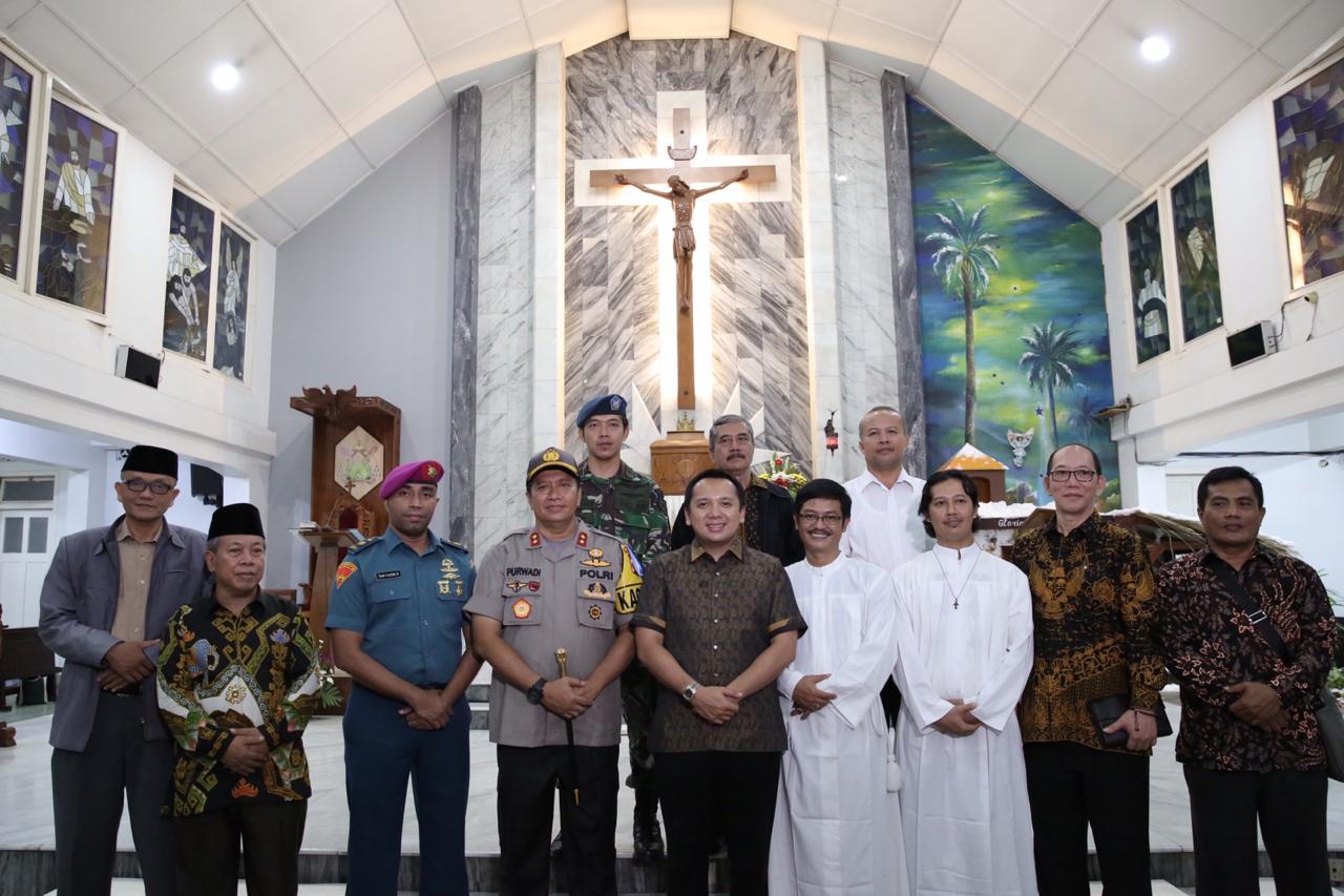 Gubernur Lampung Muhammad Ridho Ficardo dan Kapolda Lampung Irjen Pol Purwadi Ariyanto saat berada di Gereja Katedral Kristus Raja Tanjungkarang, Bandar Lampung, Senin malam, 24 Desember 2018.
