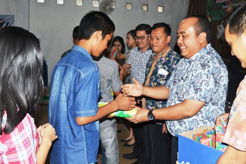 General Manager Novotel Lampung Hotel, Lalu Aswadi Jaya menyerahkan kado Natal di Panti Asuhan Kasih Nusantara yang berlokasi di Gang Mento, Jl. Perintis Utama No. 4, Waydadi, Sukarame, Kota Bandar Lampung.