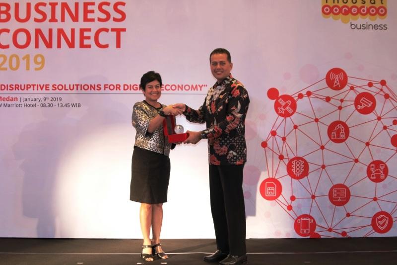Chief Business Officer Indosat Ooredoo, Intan Abdams Katoppo (kiri).