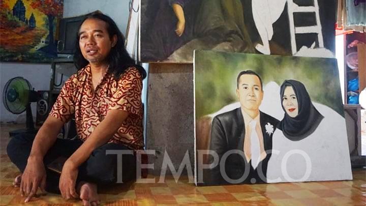Pelukis beragama Katolik, Slamet Jumiarto di rumah kontrakan Dusun Karet, Pleret, Bantul, Yogyakarta. Slamet ditolak masuk kampung Dusun Karet karena beragama Katolik. TEMPO/Shinta Maharani