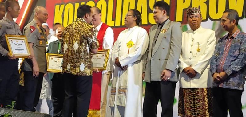 "Ketua Komisi Hubungan Antar Agama (HAAK) dan Kerawan Keuskupan Tanjungkarang, RD Philipus Suroyo mendapat penghargaan ""Pejuang Demokrasi""."