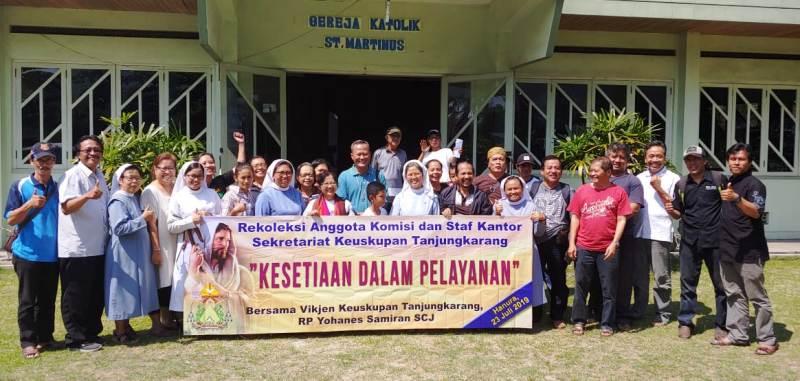 """Peserta acara """"Rekoleksi Bersama Komisi dan Karyawan Pendukung Kantor Keuskupan Tanjungkarang"""". (Foto : Romo Roy)"""
