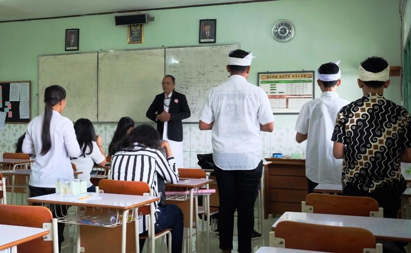 Siswa-siswi beragama Hindu di SMA Xaverius Bandarlampung sedang mengikuti pendalaman iman.